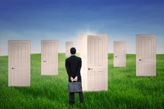 Homme d'affaires se tenant devant la porte d'occasion Photographie stock
