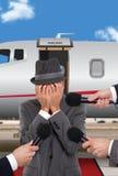 Homme d'affaires se tenant devant le jet d'entreprise Photographie stock