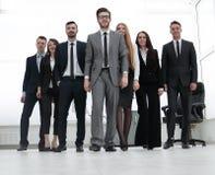 Homme d'affaires se tenant devant son équipe d'affaires Photographie stock libre de droits