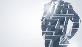 Homme d'affaires se tenant et pensant avec le labyrinthe Photographie stock libre de droits