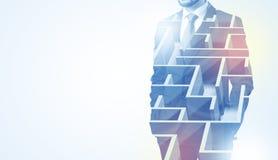 Homme d'affaires se tenant et pensant avec le labyrinthe Image stock