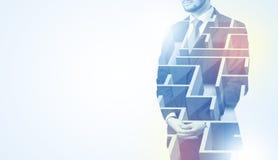 Homme d'affaires se tenant et pensant avec le labyrinthe Images libres de droits