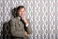 Homme d'affaires se tenant près du mur - photo courante Photos stock