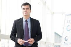 Homme d'affaires se tenant près du tableau de conférence environ pour faire un presentat images stock