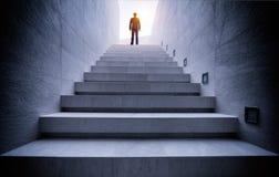 Homme d'affaires se tenant sur l'escalier Photo stock