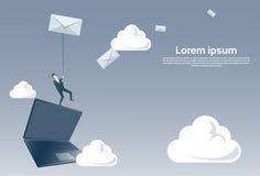 Homme d'affaires se tenant sur l'ordinateur portable tenant le concept social d'email de Media Communication de message d'envelop Images libres de droits