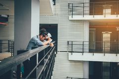 Homme d'affaires se tenant sur la pi?ce de bureau de balcon avec le papier chiffonn? photo libre de droits