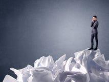 Homme d'affaires se tenant sur le papier chiffonné Images libres de droits
