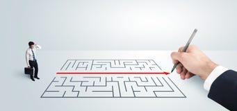 Homme d'affaires semblant la solution actuelle de dessin pour le labyrinthe Photos libres de droits
