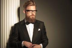 Homme d'affaires semblant parti tout en fermant sa veste Photo stock