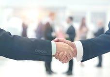 Homme d'affaires serrant la main à l'associé Photo stock