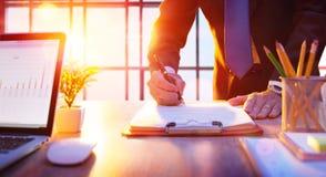 Homme d'affaires signant un contrat images libres de droits
