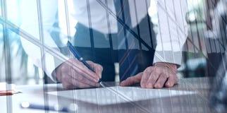 Homme d'affaires signant un document, double exposition, effet de la lumière photographie stock