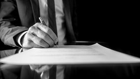 Homme d'affaires signant un document ou un contrat Photo stock