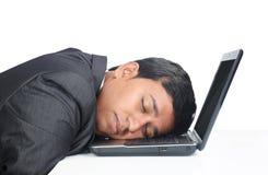 Homme d'affaires Sleeping au-dessus de l'ordinateur portable Image stock