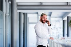 Homme d'affaires Smiles While Talking au téléphone image stock