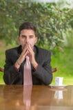 Homme d'affaires songeur avec la concentration à la maison Photographie stock libre de droits