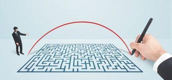 Homme d'affaires songeur devant le labyrinthe Images libres de droits