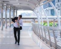 Homme d'affaires soucieux soumis à une contrainte pressé et courant, il est en retard pour son rendez-vous d'affaires et utilise  images stock