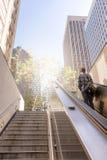 Homme d'affaires soulevant des escaliers pour atteindre la ville Photo libre de droits