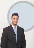 Homme d'affaires souriant dans le bureau Image libre de droits