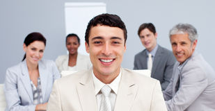 Homme d'affaires souriant lors d'un contact Photo stock