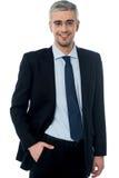 Homme d'affaires souriant, main dans la poche Photographie stock