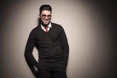 Homme d'affaires souriant tout en tenant ses mains dans la poche Photographie stock libre de droits