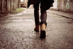 Homme d'affaires sprintant le long de la rue, vue arrière image libre de droits