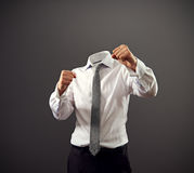 Homme d'affaires stooding dans une position de combat image stock
