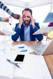 Homme d'affaires stressant avec la tête dans des mains au bureau créatif Photographie stock libre de droits