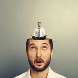 Homme d'affaires stupéfait avec la tête ouverte Photographie stock