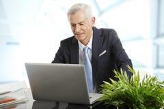 Homme d'affaires supérieur actif Photo stock