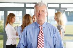 Homme d'affaires supérieur avec des collegaues Photo stock