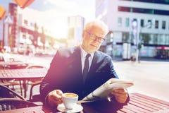 Homme d'affaires supérieur avec du café potable de journal Photos libres de droits