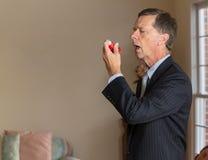 Homme d'affaires supérieur avec l'inhalateur d'asthme Photos stock