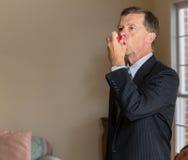 Homme d'affaires supérieur avec l'inhalateur d'asthme Photo stock