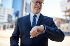 Homme d'affaires supérieur avec la montre-bracelet sur la rue de ville Photos libres de droits