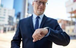 Homme d'affaires supérieur avec la montre-bracelet sur la rue de ville Images libres de droits