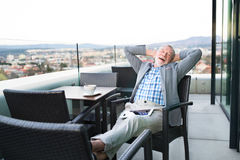 Homme d'affaires supérieur avec un comprimé en café de dessus de toit Images libres de droits
