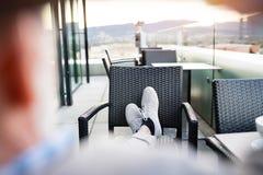Homme d'affaires supérieur avec un comprimé en café de dessus de toit Photo stock