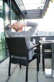 Homme d'affaires supérieur avec un comprimé en café de dessus de toit Images stock