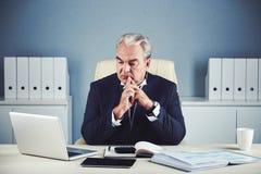 Homme d'affaires supérieur concentré regardant la pensée d'ordinateur portable Photographie stock