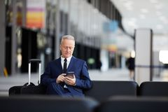 Homme d'affaires supérieur dans l'aéroport images libres de droits