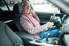 Homme d'affaires supérieur dans la voiture photo libre de droits