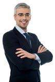 Homme d'affaires supérieur de sourire avec des bras croisés Images stock