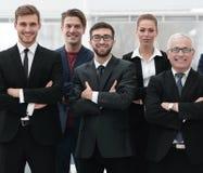 Homme d'affaires supérieur et son équipe sûre d'affaires Image libre de droits