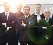 Homme d'affaires supérieur et son équipe sûre d'affaires Image stock