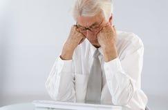 Homme d'affaires supérieur inquiété Photo stock