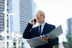 Homme d'affaires supérieur invitant le smartphone dans la ville Images libres de droits